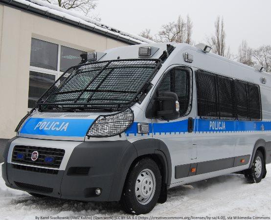 Policja Wrocław: Znaleźli na parkingu portfel z gotówką i dokumentami i od razu odnieśli na Komisariat Policji